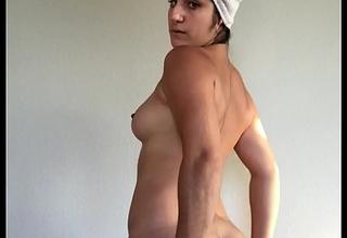 Sexy model Mida Mae shows off fully denude body