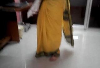Desi tamil Married aunty exposing omphalos in saree with audio