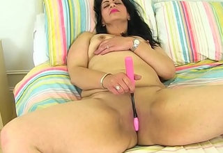 English mummy CandyLips undresses her leggings and plays