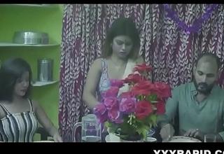 पैसा ना चुकाने पर उसकी बीवी को उसके घर जाकर खूब चोदा - हिंदी